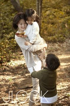 Actress Lee Young-ae is having a happy time with her family. Lee Young-ae released a second column under her name in JLOOK October edition. This column was contributed by Lee Young-ae herself and she will do so in the future as well.