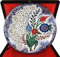 Haliç ve Çiçek Bahçesi Desenli İznik Çini Tabak Haliç ve Çiçek Bahçesi Desenli İznik Çini Tabak,  ''Tasarım üründür, ikincisi asla üretilemez.''   Ürün Özellikleri;  Haliç ve Çiçek Bahçesi Desenli  Tamamen el işi  Kadife kaplı ahşap kutusu ile kargoya verilir  800-1200 derecede fırınlanmıştır  İznik çini sanatı  Sır altı tekniği ile üretilmiştir    Tabak Çapı: 30 cm Ürün Etiketleri iznik,