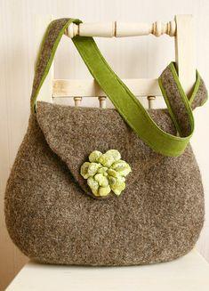 Dieses handgefertigte Eco freundliche grau braun Filz Hüfttasche mit Grüne Blume hat sehr organisches aussehen. Das Bag scheint robust und gleichzeitig feminin.  Die Tasche ist aus ungefärbte Wolle und mit grünen Filz Blume dekoriert.  Es war Hand-Filz mit nass Filzen-Technik.    Das Innere der Tasche ist mit Baumwolle ausgekleidet. Die Tasche hat zwei Taschen innen, Magnet-Verschluss, robuste Gefilzte Handle mit Leinen gefüttert. Der Griff ist um die Tasche mit einem starken Baumwollfaden…