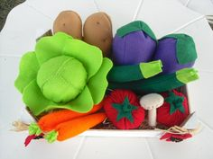 This listing is for a felt vegetables crate including:   2 eggplants  2 tomatoes  2 potatoes  2 zucchini  1 lettuce head  1 mushroom      Some items
