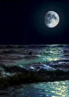 The Moon And Ocean Tides. Look at the range of beautiful colors in that ocean -- teal to blue to purple, mirrored in the moon. Moon Pictures, Pretty Pictures, Moon Pics, Moon Photos, Beautiful Moon, Beautiful World, Ciel Nocturne, Shoot The Moon, Moon Magic