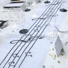 chemin de table musique  un accord parfait  avec les contenants dragées thème musique Music Theme Birthday, 75th Birthday Parties, Music Themed Parties, Music Party, Grad Parties, Party Centerpieces, Wedding Decorations, Table Decorations, Party Deco