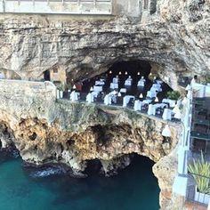 IT, in Puglia: Hotel & Restaurant Grotta Palazzese in die Jlippen gehauen
