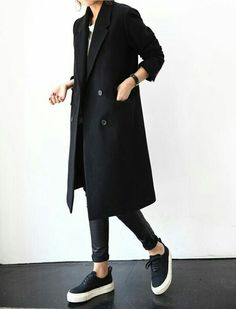 The latest in trends, street style, and editorials. Schwarzer Mantel Outfit, Mode Outfits, Casual Outfits, Hijab Casual, Winter Outfits, Casual Shoes, Look Fashion, Womens Fashion, Fashion Black