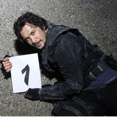 JRothenbergTV TOMORROW brings the return of THE SKY KING! Bellamy spent 6 years in space getting better, setting an example for his kru. has spent 5 seasons making us better, setting an. Grey's Anatomy, The 100 Characters, The 100 Cast, American Series, Bob Morley, Destroyer Of Worlds, Fight For Us, Bellarke, Tumblr