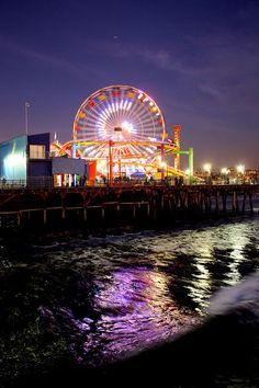 El Santa Monica Pier es un buen lugar para llevar amigos y pasar un buen día. Hay atracciónes, una noria, buena comida, y juegos divertidos. ¡También está al lado de la playa, que es muy divertido! Me gusta ir con mis amigos y viajar en el atracción de dragón. Todos las personas en LA están aquí en un momento de su vida. | See more about roller coasters, santa monica and santa monica pier.