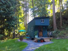 House in Anacortes, United States. Newly built tiny house finished in June 2015. Master loft sleeps 2 on the memory foam Queen mattress. Small loft has a foldout single-sleeper foam pad that fits a shorter-sized adult which we make up into a bed upon request, otherwise it remains a...