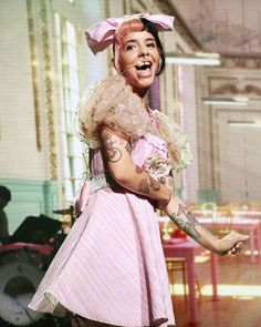 "Gefällt 2,046 Mal, 7 Kommentare - Melanie Martinez (@melanies_updates) auf Instagram: ""more tour photos! 💕"" Melanie Martinez Youtube, Melanie Martinez Live, Melanie Martinez Outfits, Adele, Voice Singer, Baby Pink Aesthetic, Ross Lynch, Cry Baby, Celebs"