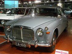 Rover P5 3 Litre Saloon 4D Sedan Baujahr 1961, 6 Zylinder, 2995 ccm, 115 PS Das Fahrzeug ist noch im Originalzustand. Etwa 180 wurden in Finnland verkauft, und kosteten doppelt so viel wie ein VW. Die PKW-Sammlung ist in einem zweiten Gebäude untergebracht, dass sich auf dem Gelände der lokalen Straßenmeisterei befindet. Da dort kein Museumspersonal ist, sind alle Modelle hinter Glas. Mobilia Automuseo, Kangasala, Finnland, Car Museum, Lokal, The Good Old Days, Queen, Arquitetura, Pictures, Finland, Top Hats, Antique Cars