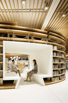 River-inspired Japanese library becomes a favorite meeting point for kids Photo: Atsushi Ishida architecture River-inspired Japanese library becomes a favorite meeting point for kids Public Library Design, City Library, Modern Library, Central Library, Public Libraries, Public Library Architecture, The Library, Bookstore Design, Photo Library