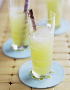 Recette Cocktail kamikaze vodka et citron vert : Versez dans un verre « shooter » la vodka, le triple sec et le jus de citron vert. Mélangez et servez imméd...