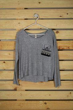 Tienda online de Moda mujer y hombre Jersey en tono gris con bolsillo estampado…