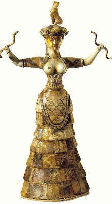 Diosa de las serpientes: 1600 a.c, se encontro en el palacio de Cronos. Se puede observar en esta escultura la tipica ropa minoica, una falda rigida acampanada, a capas y con estampados. Además de un ceñidor que se ajustaba a la cintura y un corpño de manga ajustada y corta que dejaba ver los pechos. Esta escultura representa a la Gran Diosa madre (diosas de la fertilidad). Las serpientes en las manos representan las fuerzas fertiles de las tierras.