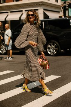 On the street at New York Fashion Week. Photo: Angela Datre On the street at New York Fashion Week. Street Style Trends, New York Fashion Week Street Style, Looks Street Style, Cool Street Fashion, London Fashion, Curvy Street Style, New York Fashion Week 2018, Printemps Street Style, Spring Street Style