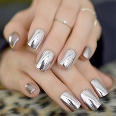 False nails have the advantage of offering a manicure worthy of the most advanced backstage and to hold longer than a simple nail polish. The problem is how to remove them without damaging your nails. Cute Nails, Pretty Nails, My Nails, Nail Store, Acrylic Nail Tips, Metallic Nail Polish, Nagel Hacks, Mirror Nails, Nail Length