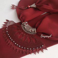 Kırmızı iğne oyası fular modeli Knitted Poncho, Knitted Shawls, Bold Necklace, Knit Shoes, Point Lace, Scarf Jewelry, Sweater Design, Knitting Socks, Hand Embroidery