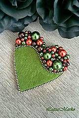 Odznaky/Brošne - Láska v zelenom tóne - Bead Embroidery Jewelry, Textile Jewelry, Fabric Jewelry, Beaded Embroidery, Jewellery, Fabric Brooch, Felt Brooch, Beaded Brooch, Fabric Crafts