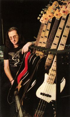 Geddy Lee avec multitude of bass guitars. Rock Roll, Great Bands, Cool Bands, Heavy Metal, Woodstock, Fender Jazz Bass, Bass Guitars, Gibson Guitars, Electric Guitars