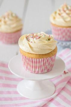 Cupcackes de vainilla. Desde el blog The Sweetest Taste comparten la receta de los que dicen son los mejores cupcakes de vainilla que han probado.
