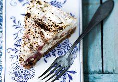 Det er sæson for de skønne rabarber, og det fejrer vi med denne lækre opskrift på cheesecake med rabarber og lakrids. Mmm ...