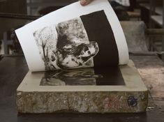 Litografia -  técnica de gravura envolve a criação de marcas (ou desenhos) sobre uma matriz (pedra calcária) com um lápis gorduroso. Baseada no princípio da repulsão entre água e óleo. #ultrapassada #gravura #impressão Andy Warhol, History Of Typography, Invention Of Photography, Ap Art, Visual Communication, Traditional Art, Textures Patterns, Graphic Design, Fine Art