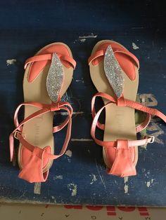 Sandales avec du brillant sur le devant très peu porté, taille 41 de marque . Taille 41 à 4.50 € : http://www.vinted.fr/chaussures-femmes/sandales/39140466-sandales-avec-du-brillant-sur-le-devant-tres-peu-porte-taille-41.