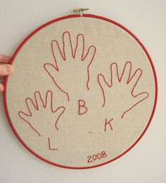 Pequeñas manos bordadas