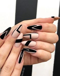 Black Nails Designs Inspirations 2019 The black nail designs are stylish. It is loved by beautiful women. Black nails are an elegant and chic choice. Color nails are suitable for almost every piece of clothing and matching occasions. Almond Nails Designs, White Nail Designs, Best Nail Art Designs, Black Nail Art, Black Nails, Matte Black, Black Almond Nails, Summer Nails Almond, Green Nails