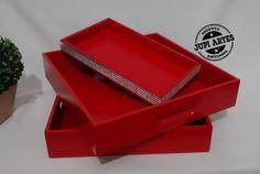 Neste Natal 🎄, elas vão reinar!!! 👑 Bandejas vermelhas em vários tamanhos e formatos: mini, quadradas, retangulares, com espelho. Tudo lindo e perfeito para decorar a sua Ceia e a sua casa. Veja na loja virtual: www.elo7.com.br/jupiartes