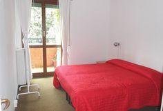 La camera da letto ospita un letto matrimoniale o due letti gemelli ed affaccia su un piacevole balcone
