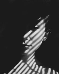 Trendy Photography Black And White Shadows Film Noir Dark Portrait, Portrait Sombre, Foto Portrait, Portrait Lighting, Night Portrait, Portrait Ideas, Film Noir Fotografie, Modeling Fotografie, Film Noir Photography