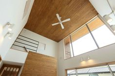 リビングダイニング事例:リビング天井のシーリングファン(趣味を楽しむ土間の家) Ceiling Fan, Ceiling Lights, Wood Wallpaper, Wood Ceilings, Mirror, Lighting, Interior, Room, Furniture