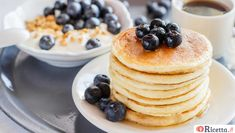 Delicious and healthy breakfast of pancakes with blueberries, granola and a cup of coffee Scotch Pancakes, American Pancakes, Pancake Day, Vegan Cake, Light Recipes, No Bake Desserts, Good Food, Favorite Recipes, Snacks
