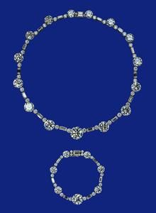 """e Collier et bracelet en Afrique du Sud 21ème cadeau d'anniversaire de la Reine de l'Afrique du Sud était un long collier de diamants dont elle a changé plus tard pour ce collier et le bracelet. Ses «meilleurs diamants"""", comme elle l'a dit de les appeler, sont encore portés aujourd'hui - notamment en 2010 lors de la visite en Afrique du Sud de l'Éta"""