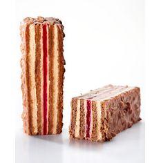 Une création de Nicolas Riveau, chef patissier à l'École Valrhona. Biscuit Chocolat Amande, Ganache montée Jivara, Confit Framboise, Glaçage croustillant Jivara Éclat d'Or