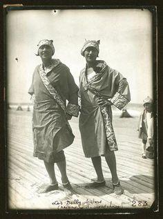 Les Dolly Sisters, en peignoir de caoutchouc, Deauville, 15 août 1926