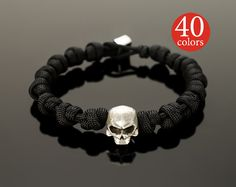 Paracord skull - Skull paracord bracelet with big 15 mm skull. Stylish tactical bracelet, 400 possible color combinations! Hand Bracelet, Skull Bracelet, Skull Jewelry, Paracord Bracelets, Bracelets For Men, Paracord Ideas, How To Clean Gold, Skull Hand, Clean Gold Jewelry