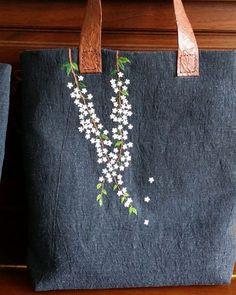 バックの持ち手に引っ掛かるような花の刺繍