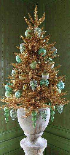 Christmas Tree ● Green and Gold - Martha Stewart's House. Beach Christmas, Green Christmas, Christmas Colors, Christmas Holidays, Christmas Wreaths, Christmas Crafts, Vintage Christmas, Christmas Topiary, Christmas 2017