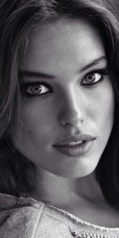 Emily Didonato A very beautiful model with intense blue eyes Pretty Eyes, Beautiful Eyes, Beautiful People, Beautiful Women, Black And White Portraits, Black And White Photography, Emily Didonato, The Face, Interesting Faces