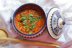Ce plat traditionnel algérien sera apprécié de ceux qui aiment manger épicé. Cuisiné avec de la viande et de nombreux légumes, le Berkoukes se présente sous la forme de gros grains de couscous roulés. À découvrir absolument !