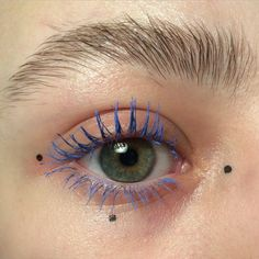 cílios com máscara colorida • máscara para cílios azul • delineador artístico • pontinhos na maquiagem