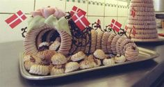 Kransekage recipe from Politiken, in Danish - Foto: FINN FRANDSEN Danish Cake, Danish Food, Denmark Food, New Year's Food, Holiday Side Dishes, Eat Smart, Love Cake, Desert Recipes, Four