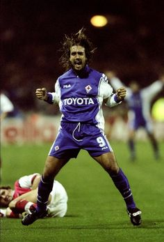 Gabriele Batistuta of Fiorentina celebrates his goal during the UEFA European Champions League Group B match against Arsenal played at Wembley Stadium, London. The game finished in a away win for. Get premium, high resolution news photos at Getty Images Best Football Players, Football Kits, Soccer Players, Football Soccer, Steven Gerrard, Premier League, Legends Football, Vintage Football, Uefa Champions League