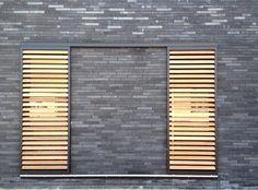 Nieuwbouw woning te Bazel  ontwerp: architect Isabelle Van Lierop (Ring Partners Architecten)  iov a1 architecten/ gevelsteen - houten schuifpanelen