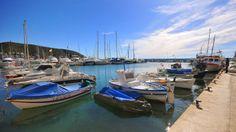 De haven van Moraira biedt plek voor honderden boten, zowel jachten als vissersboten.