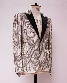Loving this piece. A sickening, Alexander McQueen Ivory chandelier embroidered tuxedo jacket with black faille revers. 𝘈𝘷𝘢𝘪𝘭𝘢𝘣𝘭𝘦 𝘧𝘰𝘳 𝘴𝘵𝘺𝘭𝘪𝘯𝘨 𝘯𝘰𝘸 Vogue Fashion, Fashion News, High Fashion, Fashion Outfits, Womens Fashion, Traje A Rigor, Smoking, Bcbg, Couture Embroidery