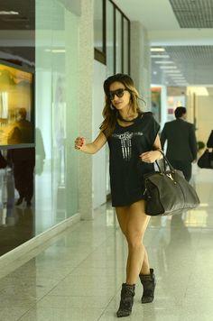 Sabrina Sato desfila pelo aeroporto com as pernas de fora 27b154b4fd