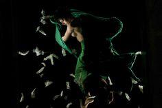 """Nos dias 29 e 30, a Caixa Cultural apresenta o espetáculo """"Claraboia"""", da coreógrafa e bailarina Morena Nascimento. As apresentações acontecem às 19h30, e a entrada é Catraca Livre."""