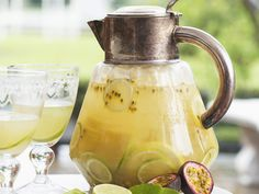 Limetten-Maracuja-Bowle | http://eatsmarter.de/rezepte/limetten-maracuja-bowle